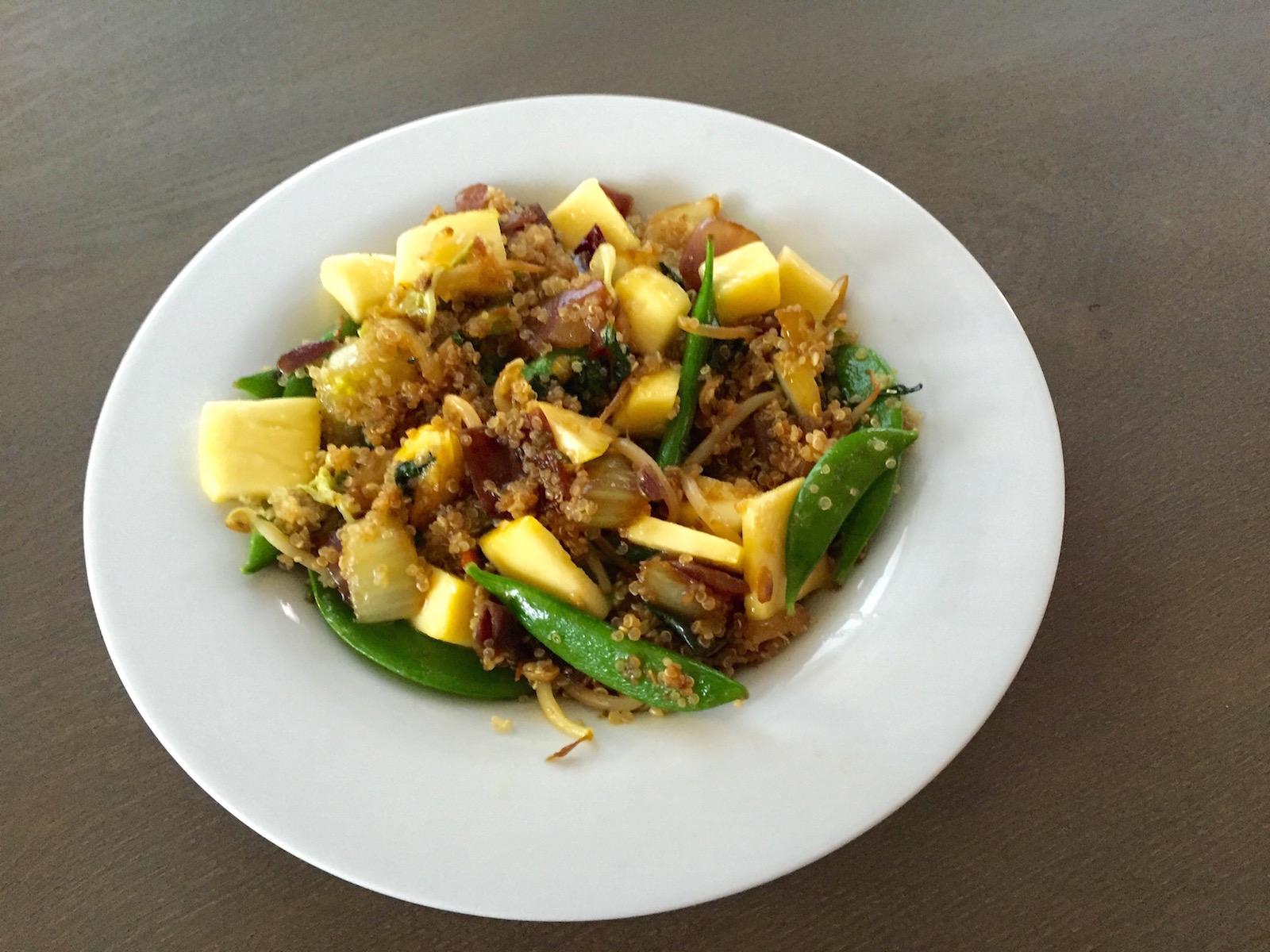 Quinoa salade met mango en oosterse wok groenten